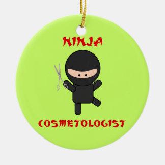 ninja cosmetologist met schaar rond keramisch ornament
