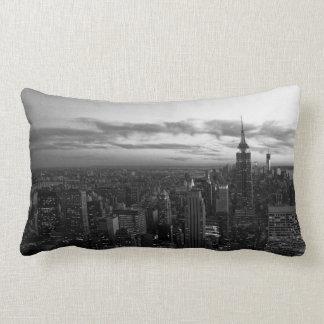 NYC Horizon, ESB WTC bij Zonsondergang BW Lumbar Kussen