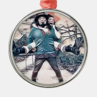 Olijf en Dingo op de bevroren treden Zilverkleurig Rond Ornament