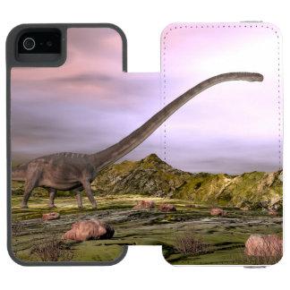 Omeisaurus die in de woestijn door zonsondergang