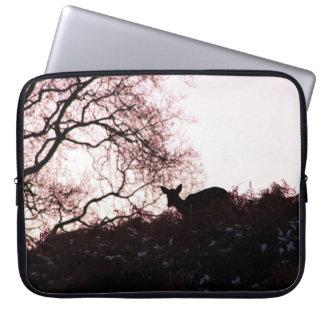 Onderaan de heuvel (herten) laptop sleeve