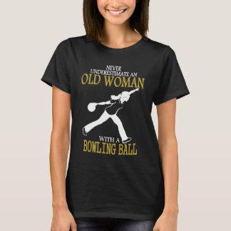 Onderschat nooit de Oude Vrouw van het Kegelen T Shirt