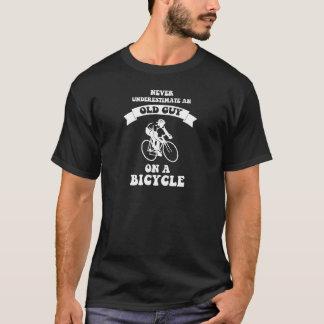 Onderschat nooit een oude kerel op een fiets t shirt