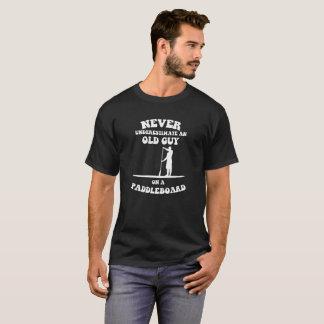 Onderschat nooit een oude kerel op een paddleboard t shirt