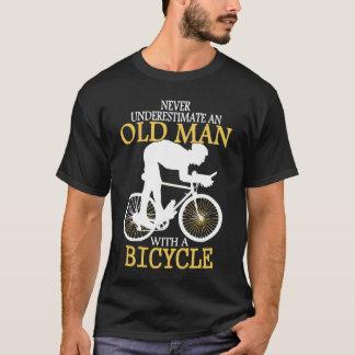 Onderschat nooit het Oude Man van de Fiets Tshirt