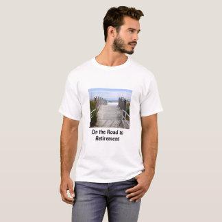 Op de Weg van de Pensionering langs een Zandig T Shirt