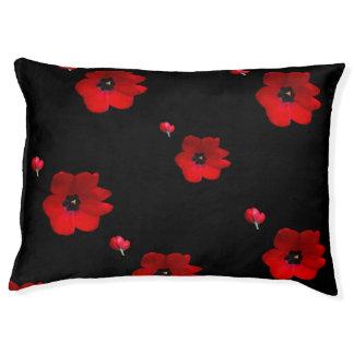 Open Rode Tulpen op het Zwarte Bed van het Hondenbedden