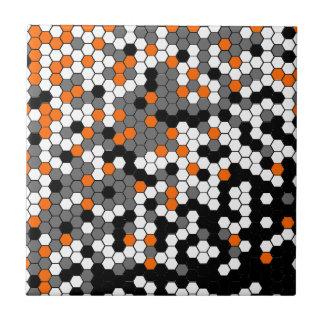 Oranje en zwart honingraatontwerp keramisch tegeltje