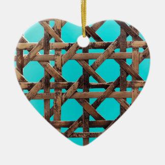 Oud houten mandewerk keramisch hart ornament