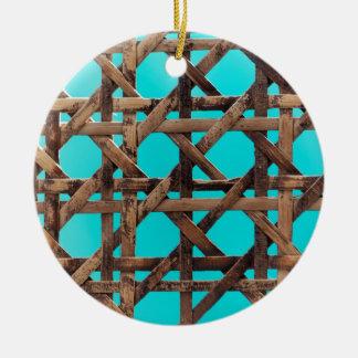 Oud houten mandewerk rond keramisch ornament