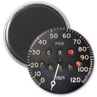 Oude snelheidsmetermaat van een vintage raceauto magneet