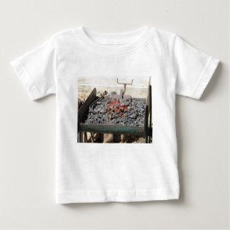 Ouderwetse smidsoven. Brandende steenkolen Baby T Shirts