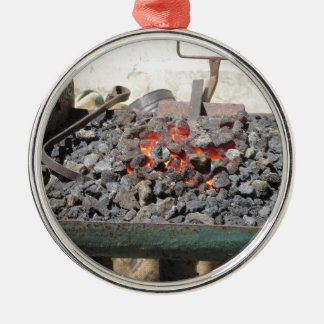 Ouderwetse smidsoven. Brandende steenkolen Zilverkleurig Rond Ornament