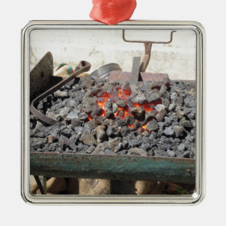 Ouderwetse smidsoven. Brandende steenkolen Zilverkleurig Vierkant Ornament