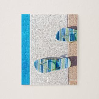 Paar pantoffels bij rand van zwembad foto puzzels