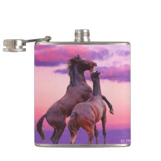Paarden die zonsopgangFles spelen Heupfles