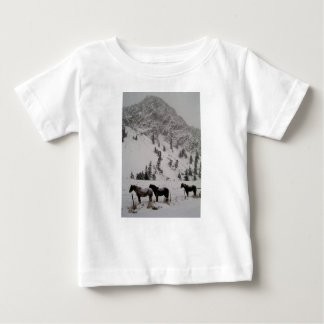 Paarden in de sneeuw in de bergen baby t shirts