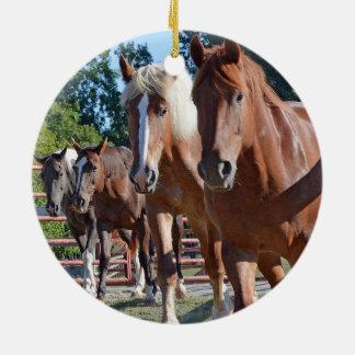 Paarden terug naar de Schuur worden geleid die Rond Keramisch Ornament