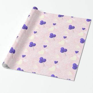 Paarse ballons op roze harten inpakpapier