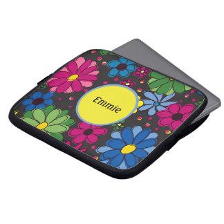 Paarse Blauwgroene Bloemen op Zwart Monogram Laptop Sleeve
