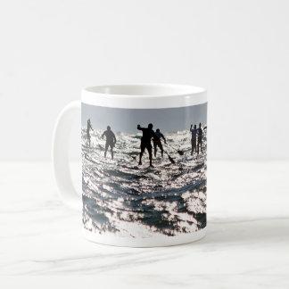 Paddleboarders op het fonkelende zee koffiemok