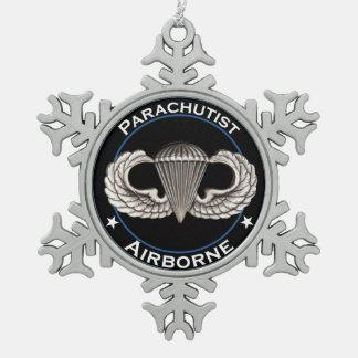 Parachutist in de lucht tin sneeuwvlok ornament