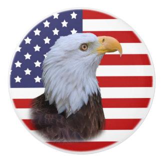 Patriottisch Eagle en de Vlag van de V.S. Keramische Knop