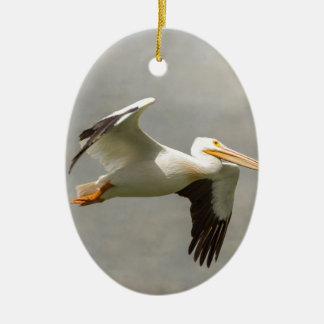 Pelikaan tijdens de vlucht keramisch ovaal ornament