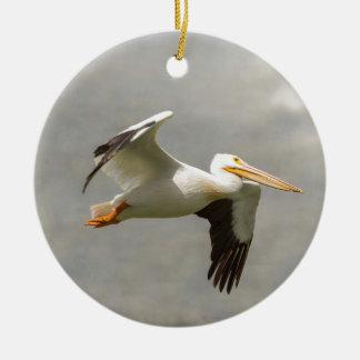 Pelikaan tijdens de vlucht rond keramisch ornament