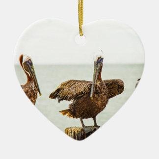 Pelikanen die op posten worden neergestreken keramisch hart ornament