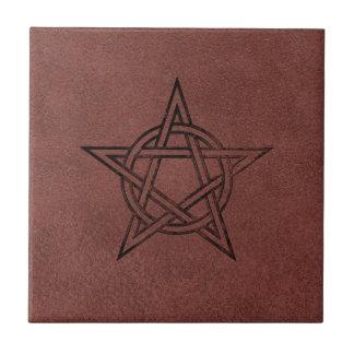 Pentagram - Heidens Magisch Symbool op Rood Leer Tegeltje