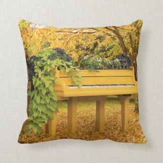 Piano in de herfstbos sierkussen
