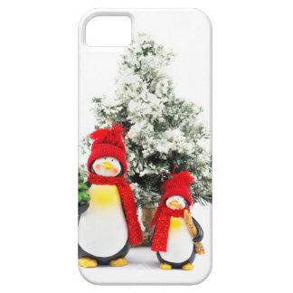 pinguïn beeldjes met Kerstmisboom in de winter Barely There iPhone 5 Hoesje
