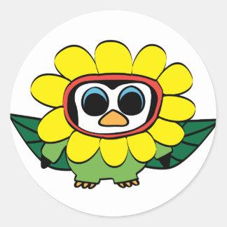 Pinguïn in het Gele Kostuum van de Bloem Ronde Sticker