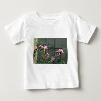 Pinks die in een Tuin Cotswold groeien Baby T Shirts