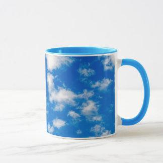 Pluizige Witte Wolken in een Blauwe Hemel Mok