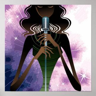 Portret van de microfoon van de vrouwenholding poster