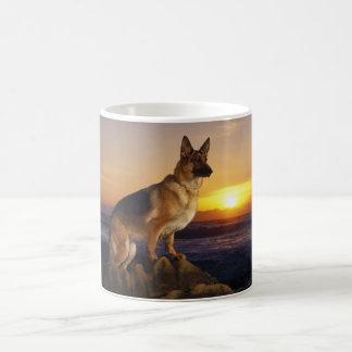 Portret van een hond van de Duitse herder of Koffiemok