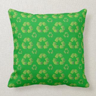 Recyclen symbool dat op groene achtergrond wordt kussen