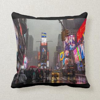 Regenachtig Times Square Sierkussen