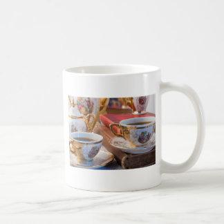 Retro koppen van de porseleinkoffie met hete
