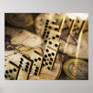 Rij van domino's op oude wereldkaart 2 poster