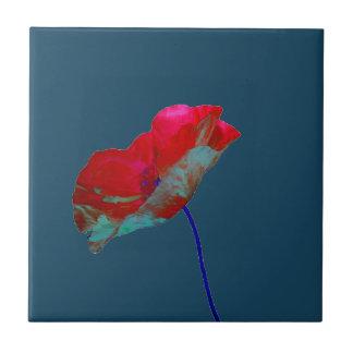 Rode blauwe papaver op nachtblauw keramisch tegeltje