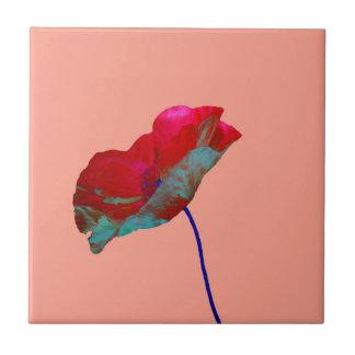 Rode blauwe papaver op roze keramisch tegeltje