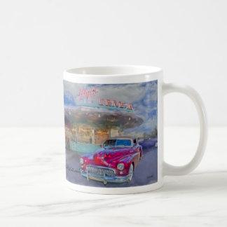 rode buick bij aandrijving-binnen koffiemok