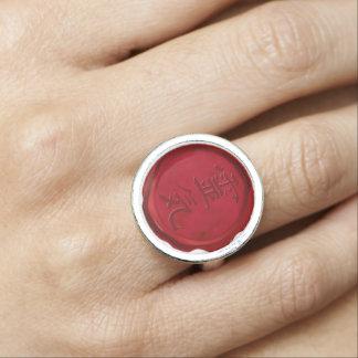 Rode de wasverbinding van het Symbool REIKI Ringen