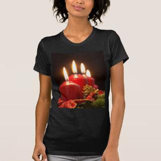 Rode kaarsen van een kroon van de Komst met T Shirt