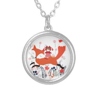 Rode kap berijdende meisje en vos in bloemtuin zilver vergulden ketting