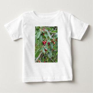 Rode kersen op boom in kersenboomgaard baby t shirts