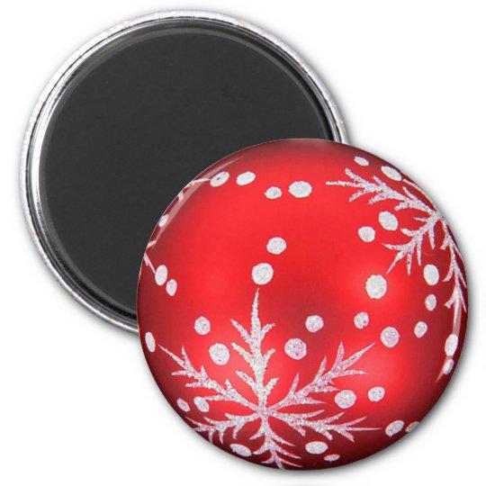 Rode kerstbal magneet met sneeuwkristal